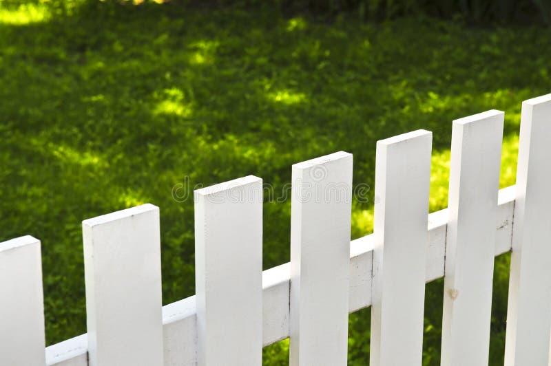 Yarda delantera con la cerca blanca fotografía de archivo libre de regalías