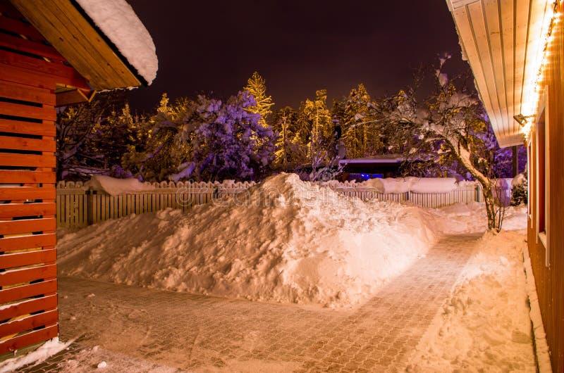 Yarda en invierno con las porciones de nieve fotografía de archivo libre de regalías