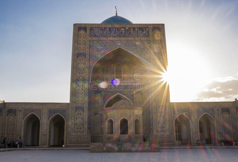 Yarda interna de Kalyan Mosque, parte del complejo Po-yo-Kalyan, en la puesta del sol Bukhara, Uzbekist?n foto de archivo libre de regalías