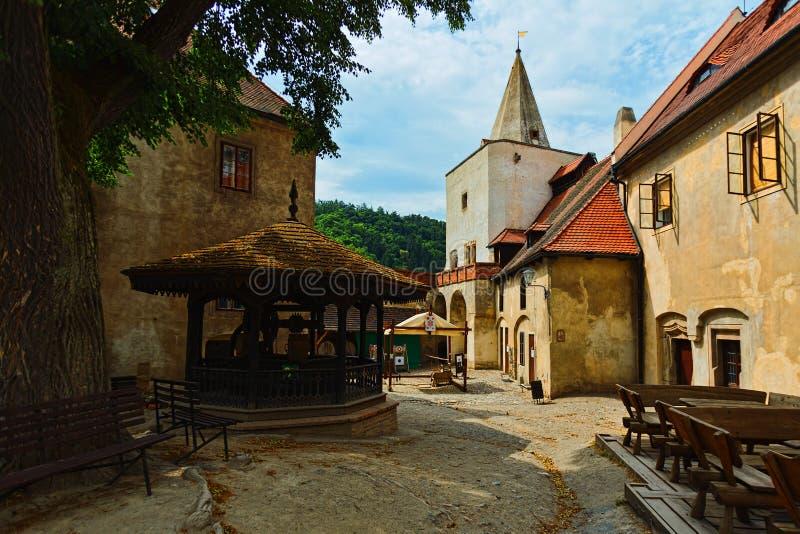 Yarda interna del castillo de Krivoklat, República Checa foto de archivo