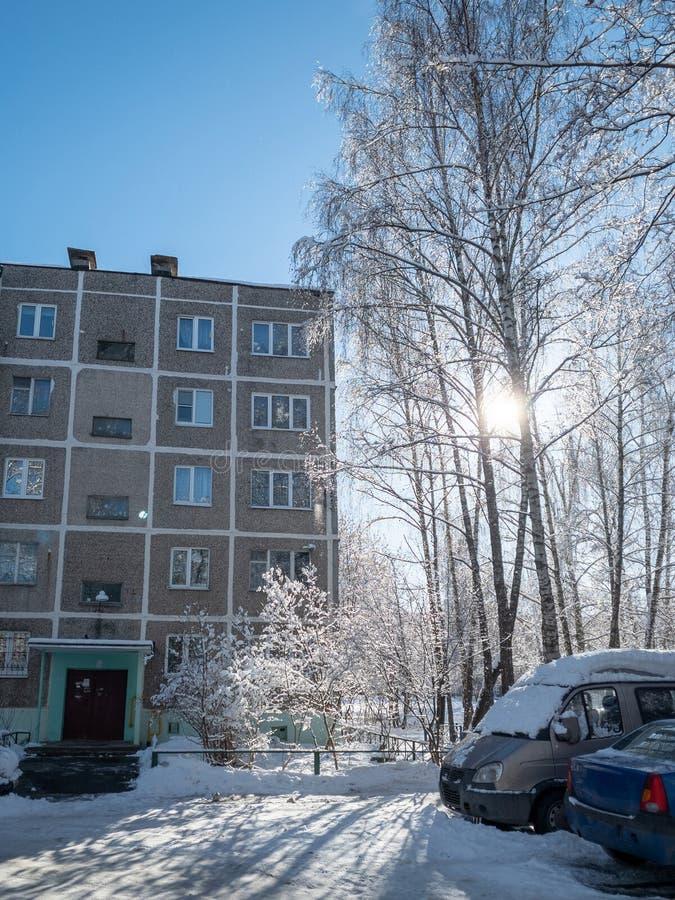 Yarda rusa típica en el invierno Vieja arquitectura soviética de Khrushchev de las casas fotos de archivo