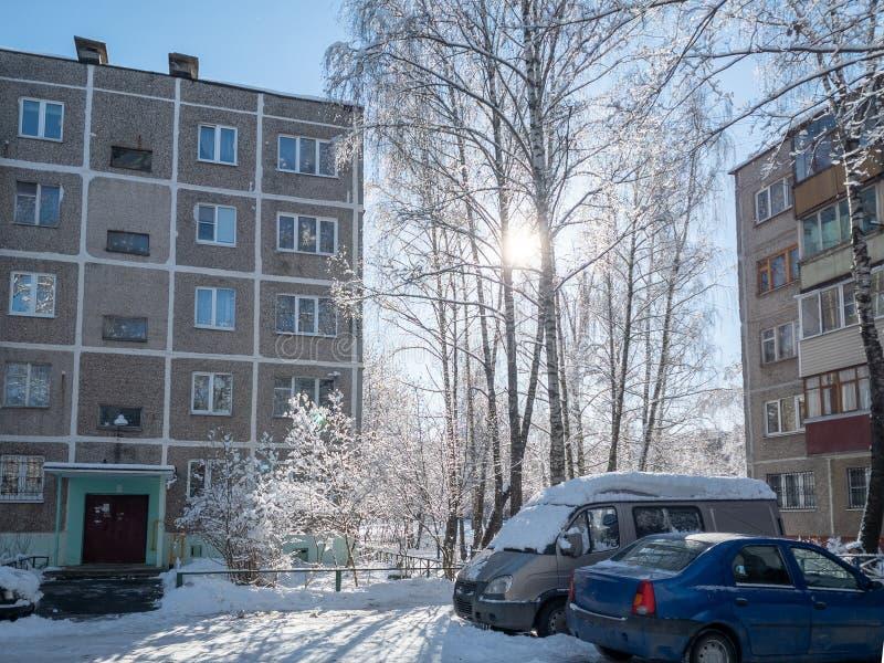 Yarda rusa típica en el invierno Vieja arquitectura soviética de Khrushchev de las casas imágenes de archivo libres de regalías