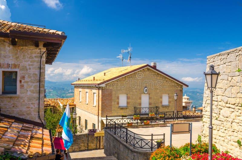 Yarda típica con los edificios tradicionales y casas con las paredes de piedra del ladrillo, flores, San Marino imágenes de archivo libres de regalías