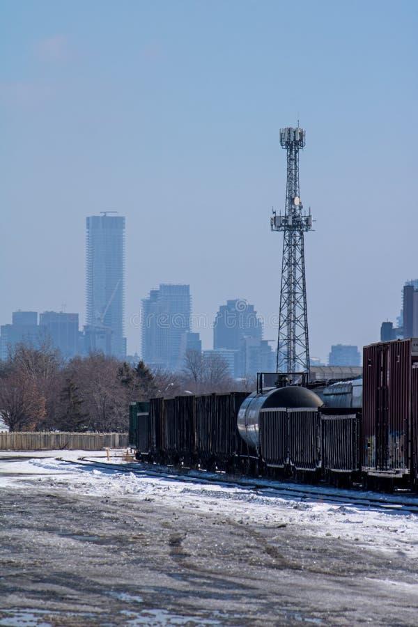 Yardas del envío de Sit Idle At The Toronto de los coches de carga con los rascacielos en el fondo fotografía de archivo