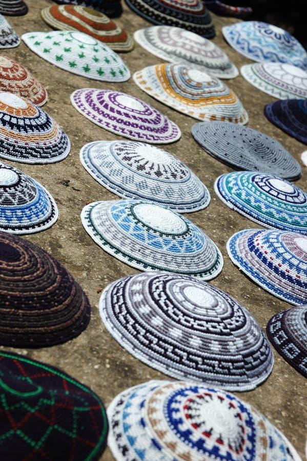 Yarmulkes en el mercado de Jerusalén, Israel imagen de archivo