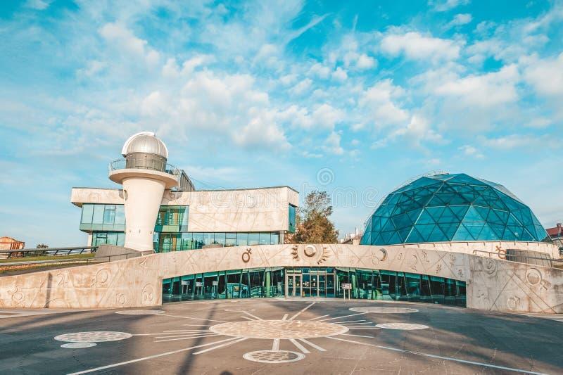 YAROSLAVL, РОССИЯ - 4-ОЕ АВГУСТА 2018: Здание планетария в городе Yaroslavl в раннем утре на солнечный день стоковые фото