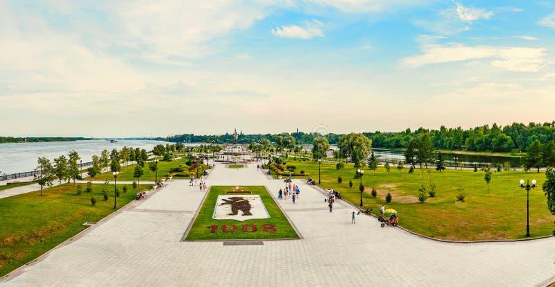 YAROSLAVL, РОССИЯ - 4-ОЕ АВГУСТА 2018: Стрелка место основывать Yaroslavl Люди ослабляют на заходе солнца на банках  стоковое изображение rf