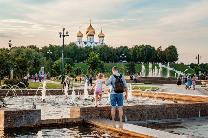 YAROSLAVL, РОССИЯ - 4-ОЕ АВГУСТА 2018: Стрелка место основывать Yaroslavl Люди ослабляют на заходе солнца на банках  стоковая фотография rf