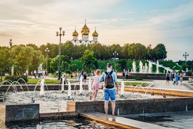 YAROSLAVL, РОССИЯ - 4-ОЕ АВГУСТА 2018: Стрелка место основывать Yaroslavl Люди ослабляют на заходе солнца на банках  стоковое изображение