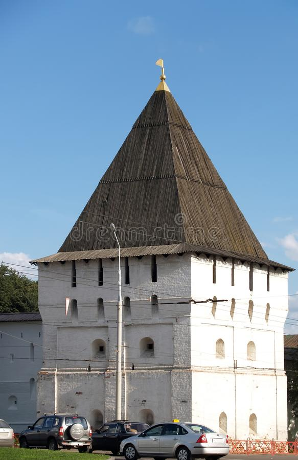 ??yaroslavl 圣洁变貌修道院Bogoroditsky塔在好日子 免版税库存图片