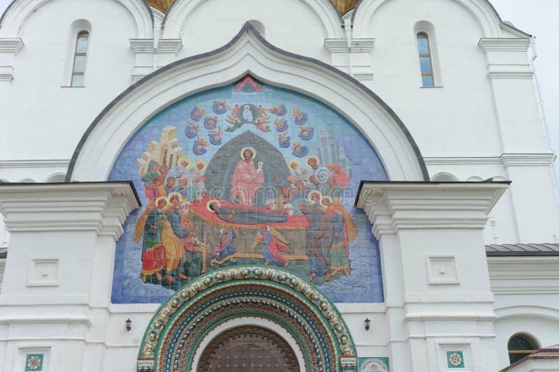 Yaroslavl, Rússia - 3 de junho 2016 Painel do mosaico acima da entrada à catedral da suposição fotos de stock royalty free