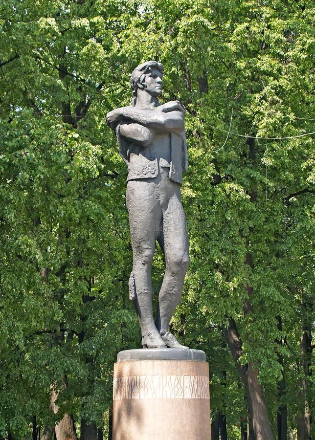 Yaroslavl, Rusia Un monumento al actor Volkov F g Contra la perspectiva de ?rboles imagen de archivo