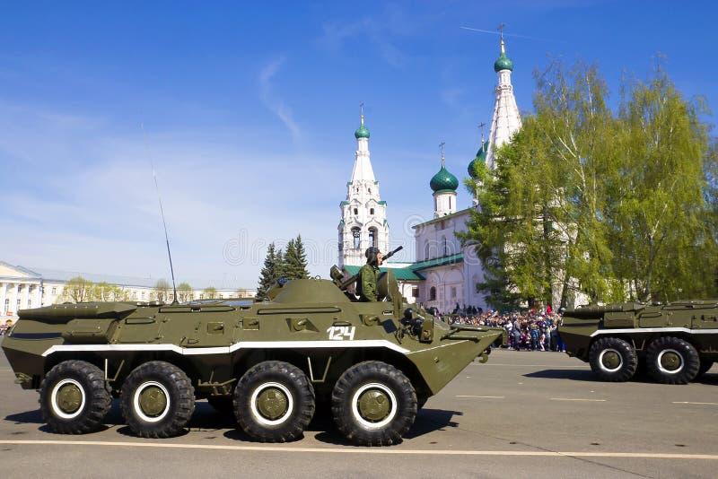 YAROSLAVL RUSSIA-MAY 9 militären ståtar i hedern av segern royaltyfria bilder
