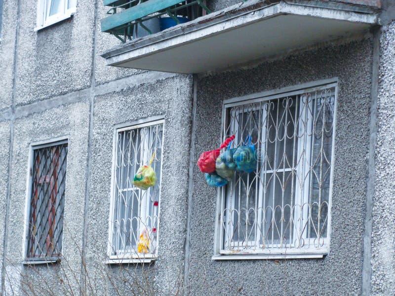 Yaroslavl, Russie Les sacs accrochent sur les grils de fenêtre photos stock