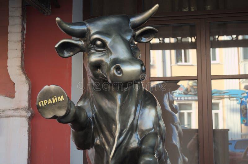 YAROSLAVL, RUSSIE - 8 SEPTEMBRE 2018 : une sculpture d'un taureau image libre de droits