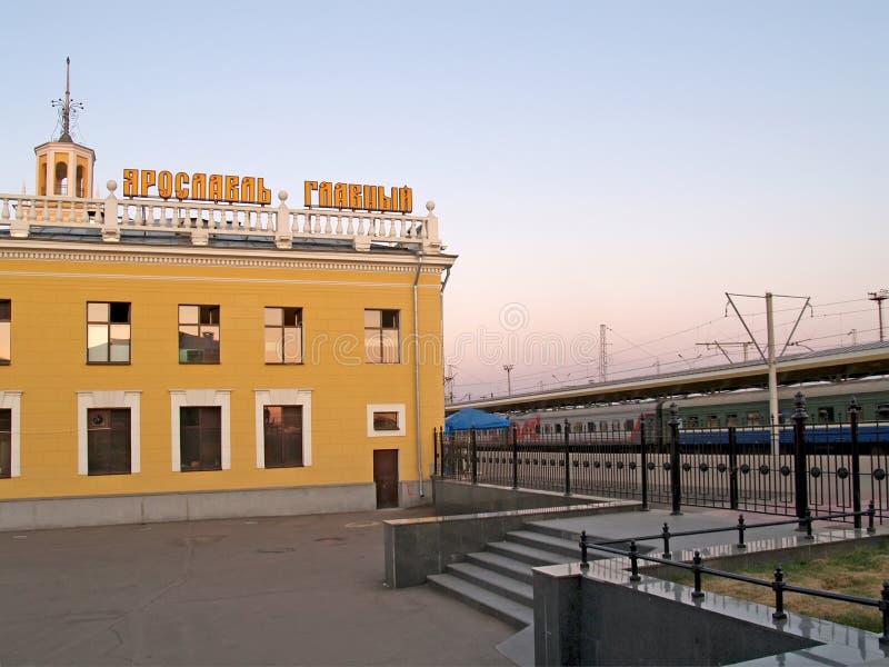 Yaroslavl, Russland Bahnhof Yaroslavl-hauptsächlich und Plattform bei Sonnenuntergang Der russische Text - Yaroslavl hauptsächlic stockfotografie