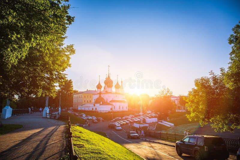 Yaroslavl, Russland - circa im August 2018: Alte orthodoxe Kirche nahe dem Damm bei Sonnenuntergang, Yaroslavl lizenzfreies stockfoto