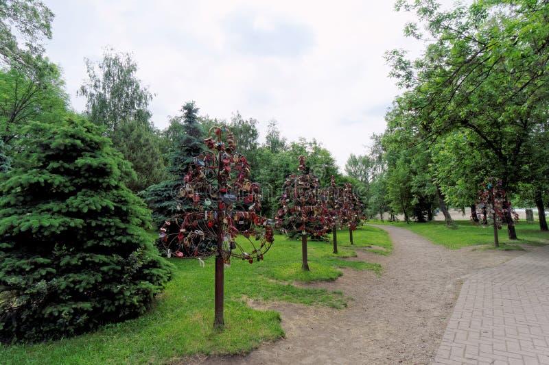 Yaroslavl, Russland - 3. Juni 2016 Bäume der Liebe sind Metallkünstliche Bäume auf den Niederlassungen, von denen junge Paare Ver lizenzfreie stockbilder