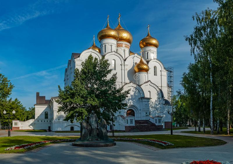 Yaroslavl Ryssland - Augusti 4, 2018 guld- cirkel av Ryssland Antagandedomkyrka och Strelka, härlig sommarsikt royaltyfri fotografi