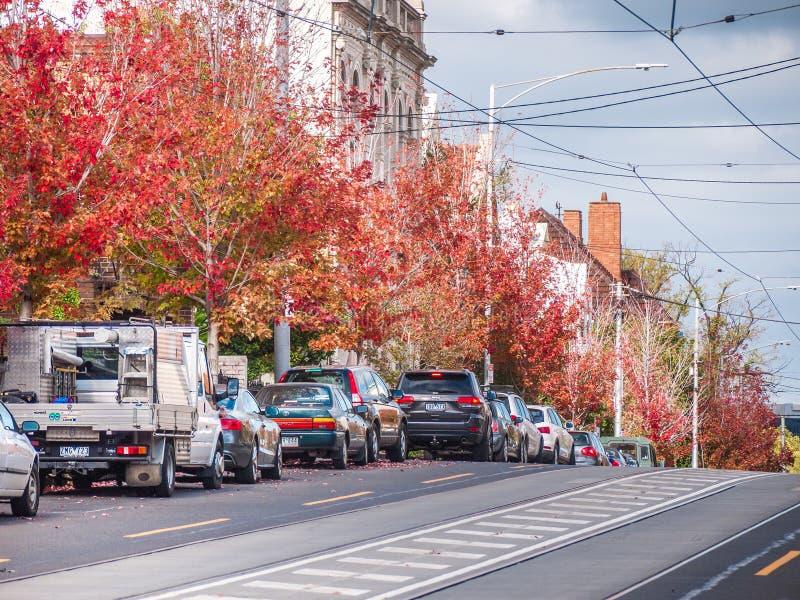 Yarra del sur, VIC/Australia- 27 de abril de 2018: Calle suburbana del ` s de Melbourne con los árboles del otoño imagen de archivo
