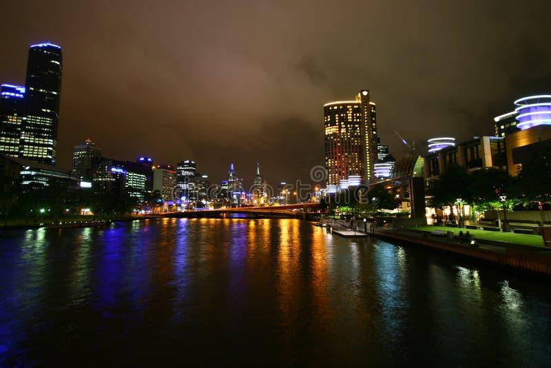Yarra Fluss nachts (Melbourne, Australien) stockfotos