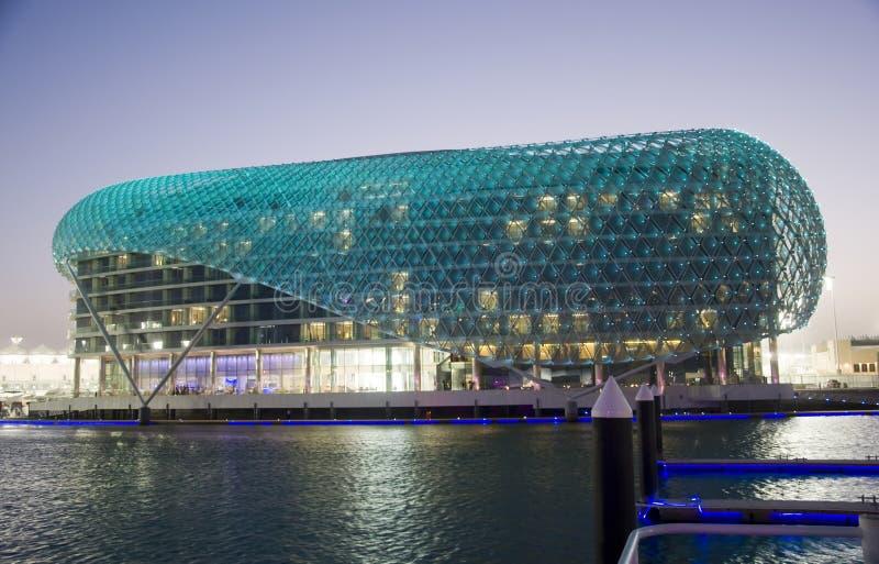 Yas Hotel, das den Jachthafen übersieht stockbild