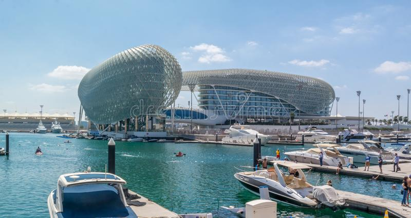 Yas vicekonunghotell och Yas Marina Circuit, Abu Dhabi royaltyfri fotografi