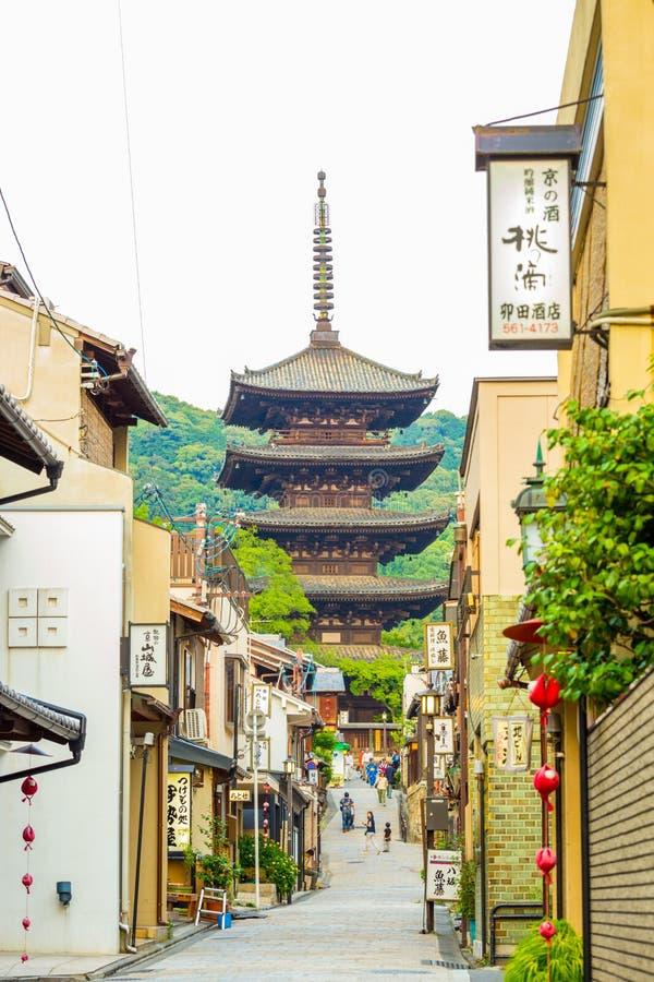 Yasaka non à la pagoda Front Street Stores Overcast photographie stock