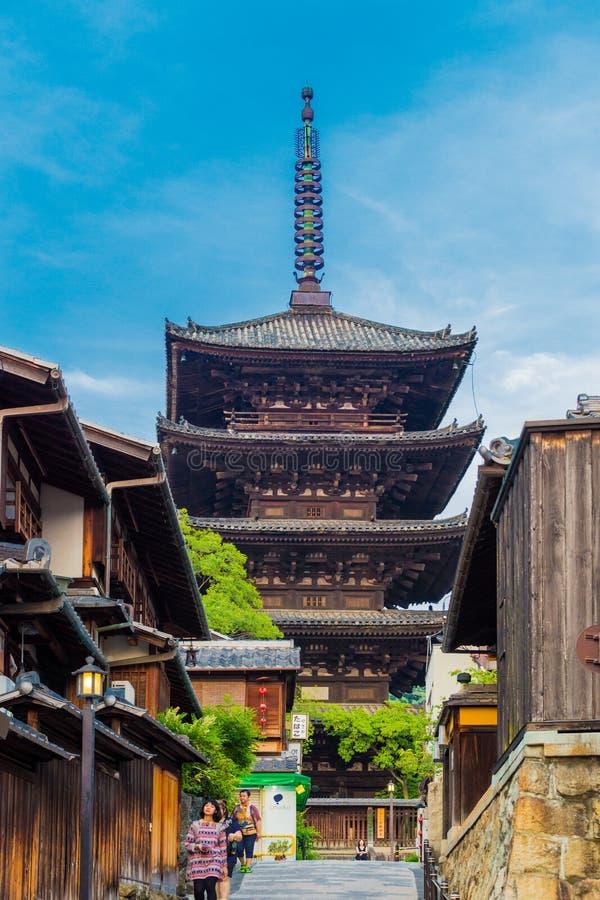 Yasaka non aux touristes Front Day Kyoto de pagoda images stock