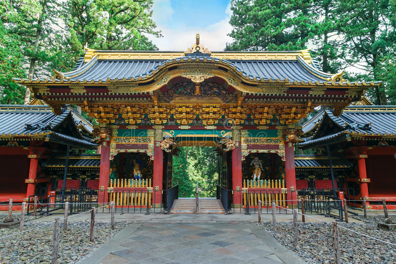 Yashamon port på den Taiyuinbyo relikskrin i Nikko, Japan royaltyfria foton