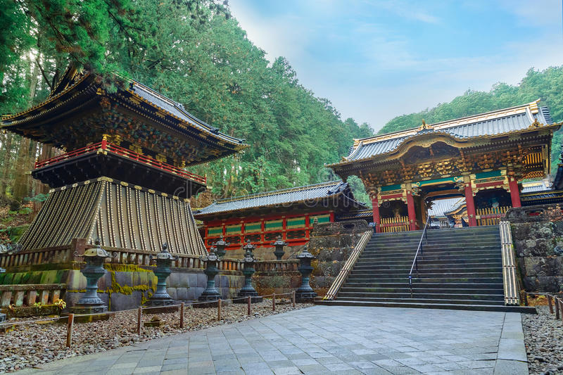 Yashamon port på den Taiyuinbyo relikskrin i Nikko, Japan royaltyfri bild