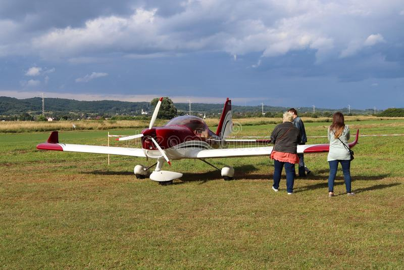 Yaslo,波兰- 2018年7月3日:家庭在机场是在红颜色附近一个轻的双座涡轮螺旋桨发动机航空器  Airshow解救蒂姆 库存照片