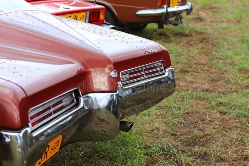 Yaslo,波兰- 2018年7月3日:蓝色颜色一老美国古典buick的片段  有防撞器和comp的前面左车灯 免版税图库摄影
