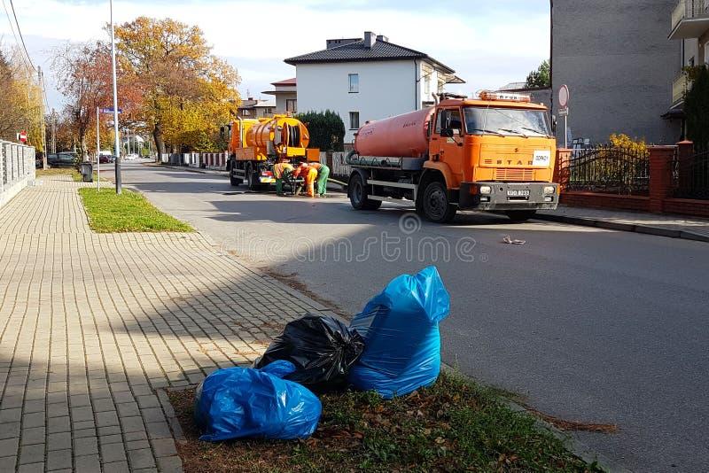 Yaslo, Польша - 9 9 2018: Расчистка нечистот особенными техническими серединами на улицах небольшого европейского городка Оранжев стоковая фотография