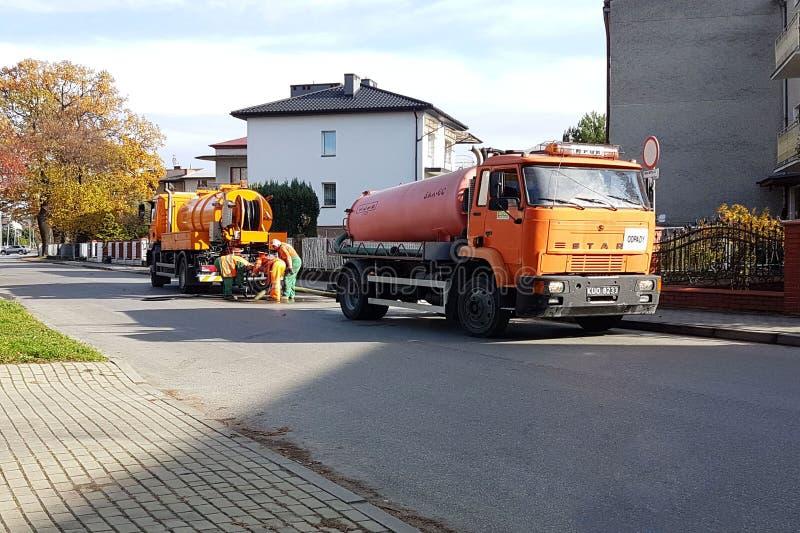 Yaslo, Польша - 9 9 2018: Расчистка нечистот особенными техническими серединами на улицах небольшого европейского городка Оранжев стоковые изображения rf