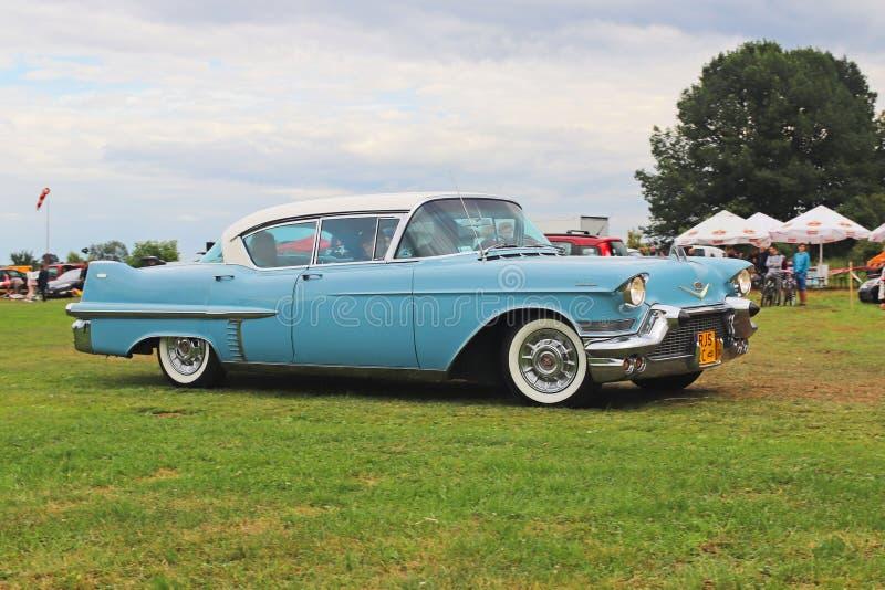 Yaslo, Polônia - 3 de julho de 2018: Cadillac clássico americano velho da cor azul conduz o throuth um verde Farol traseiro do `  fotografia de stock royalty free