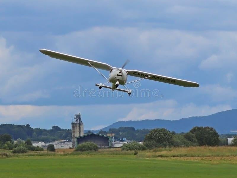 Yaslo, Polen - juli 3 2018: Start van het vliegveld een licht two-seater schroefturbinevliegtuig Opheffend een toekomst proef Lie royalty-vrije stock fotografie