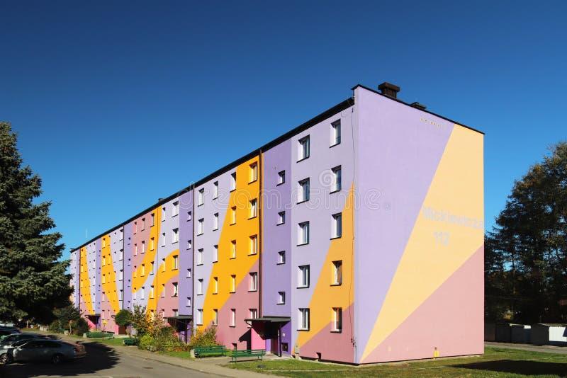 Yaslo, Polen - 13 oct 2018: Klein woonflatgebouw in Oost-Europa Het buiten het schilderen ontwerp van hersteld royalty-vrije stock fotografie