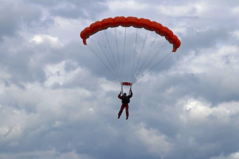 Yaslo, Polonia - 1 de julio de 2018: El paracaidista salta con el paracaídas en condiciones meteorológicas difíciles Un vuelo que fotos de archivo