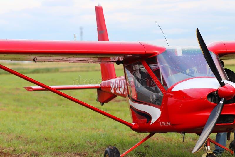 Yaslo, Polonia - 3 luglio 2018: Aerei del turbopropulsore del two-seater della luce rossa di colore rosso Tempo libero di Airshow fotografia stock libera da diritti