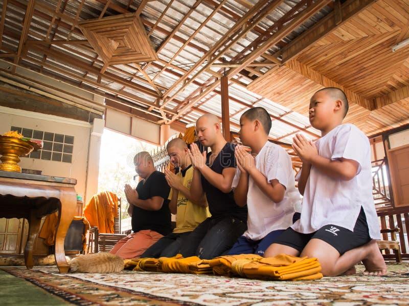 Yasothon, Thailand - 2/21/2015: 5 de niet geïdentificeerde Aziatische jonge jongens worden een monnik stock afbeeldingen