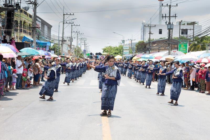 YASOTHORN, THAI-MAY 16 :未认出的舞蹈家执行在泰国D 库存照片