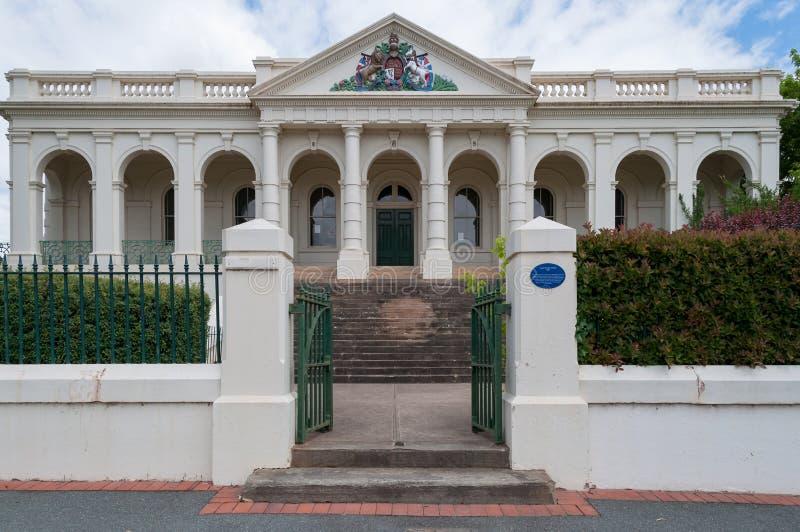Yasshof Huis de historische bouw buiten met open poort stock afbeeldingen