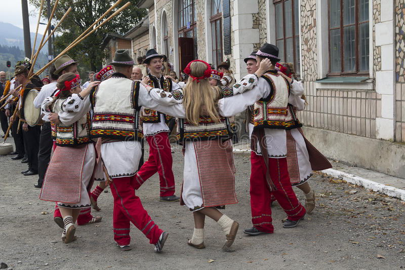 Yasynya,乌克兰- 2016年9月29日:在全国服装的Hutsuls进行民间舞 免版税库存图片
