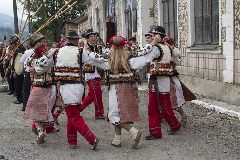 Yasynya, Ucrânia - 29 de setembro de 2016: Hutsuls em trajes nacionais executa a dança popular imagens de stock royalty free