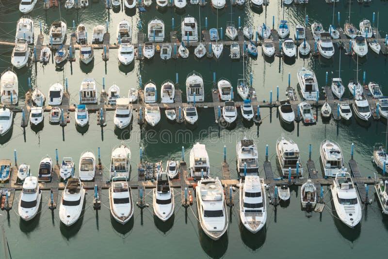 Yatch港口小游艇船坞码头和小船靠码头yatchs和船awaiti 免版税图库摄影