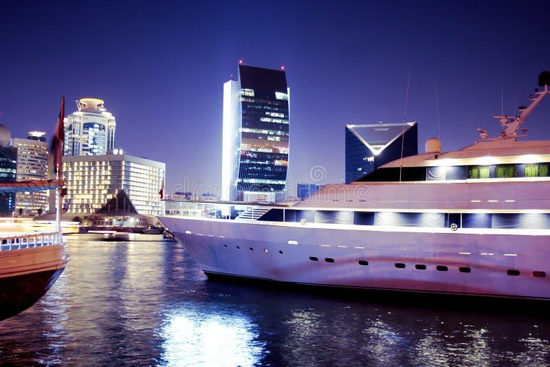 Yatch in Dubai Creek lizenzfreies stockfoto