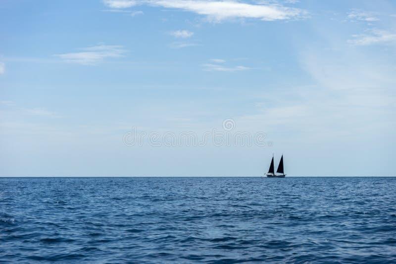 Yatch i det blåa havet royaltyfri fotografi