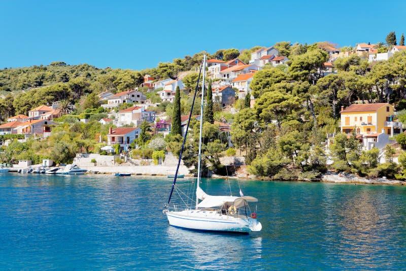 Yatch nel porto di una cittadina Splitska - Croazia, isola Brac fotografie stock