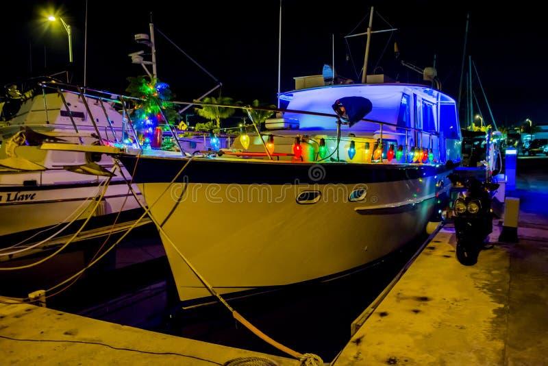 Yate con las luces de la Navidad fotografía de archivo libre de regalías